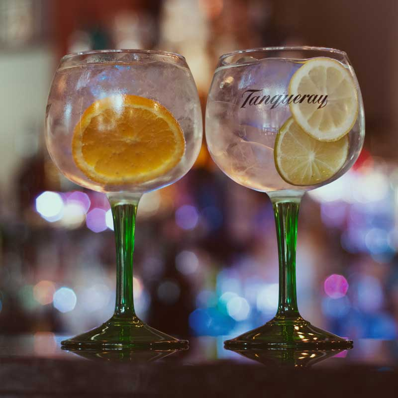 Tanqueray Gin Tonic zum Feierabend in der Moralist Bar in Kiel