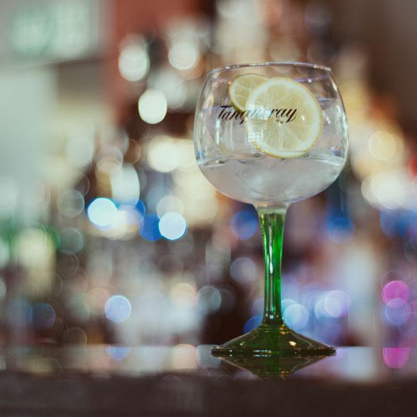 Tanqueray Glas mit Gin und Tonic
