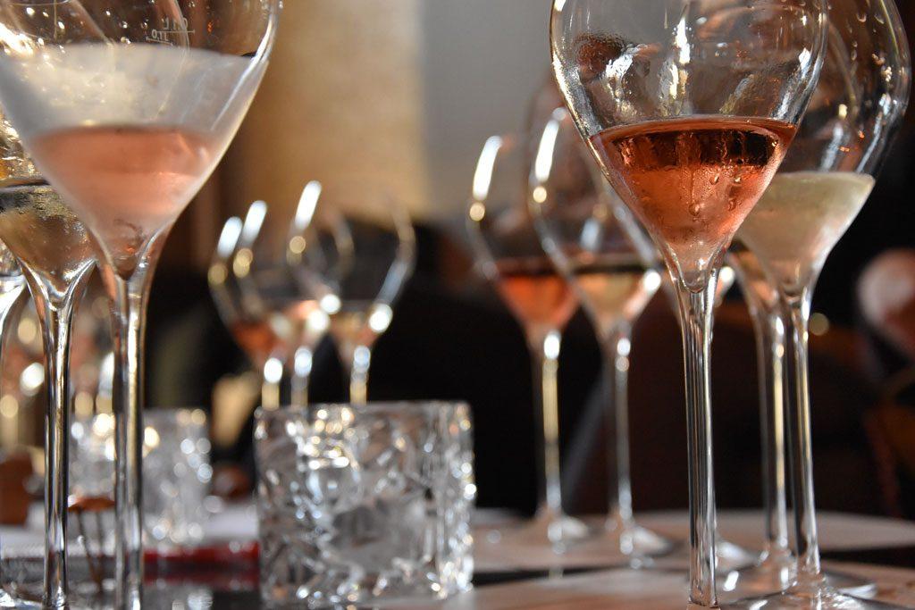 verschiedene Champagner Sorten in Champagner Gläser stehen auf einem Tisch in der Moralist Bar