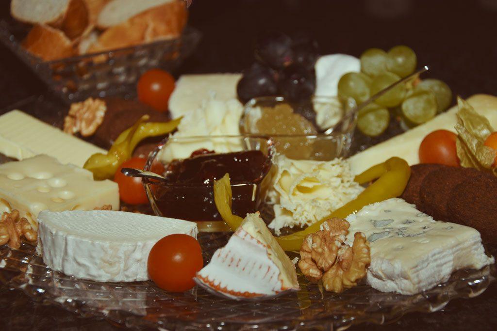 verschiedene Käsesorten sind auf einem Teller arrangiert.